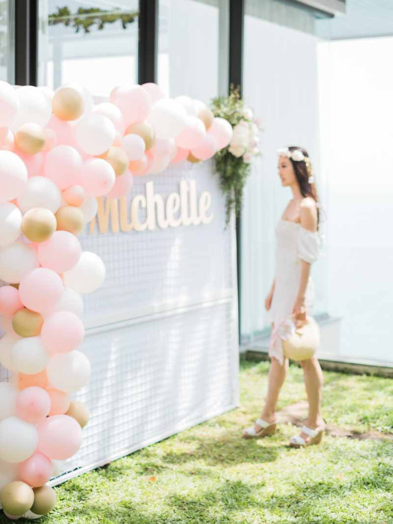 A bridal shower with a super pretty balloon installation? Yes please! #wedobridalshowerstoo