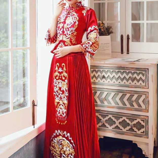 Simple Red Wedding Kua 龍鳳卦/秀禾服 Qun Kua Cheongsam for Bride with Gold and Silver Chinese Patterns<br />