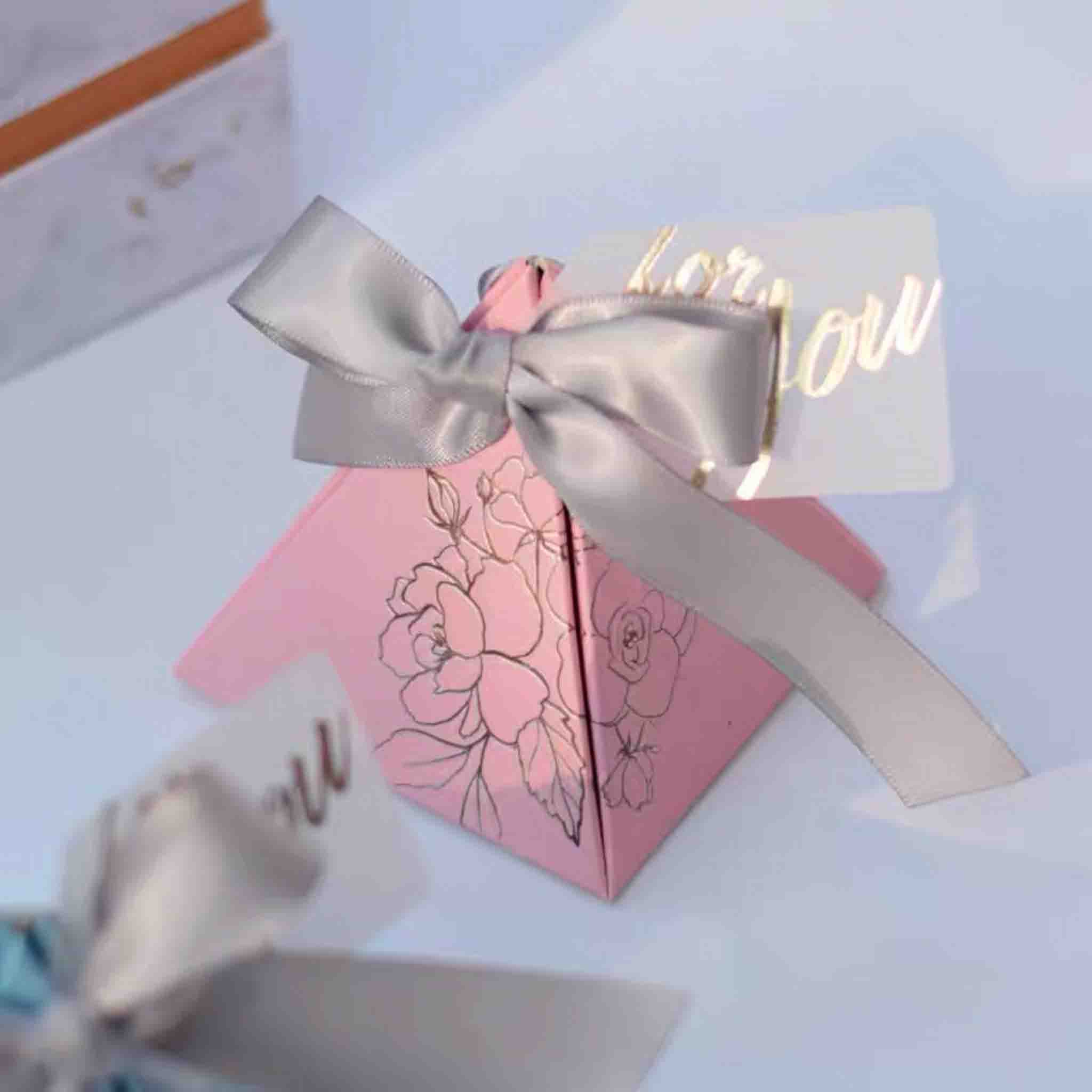50 PCS Triangular Guest Favors Wedding Candy Boxes with Floral Print And Ribbon