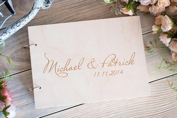 Mr. & Mrs. Heart  - 场地布置 - Wooden Wedding Guest Book with Custom Design Simple Name and Date Engraved Lay out - 世界各地适用